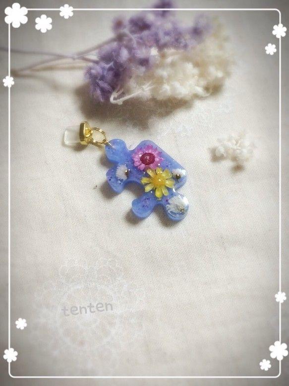 ご覧頂きありがとうございます( ॢꈍ૩ꈍ) ॢパズルの形をしたブルーが可愛い携帯用アクセサリー(*^^*)中にはイエローとピンクのスターフラワー、白いお花を閉...|ハンドメイド、手作り、手仕事品の通販・販売・購入ならCreema。