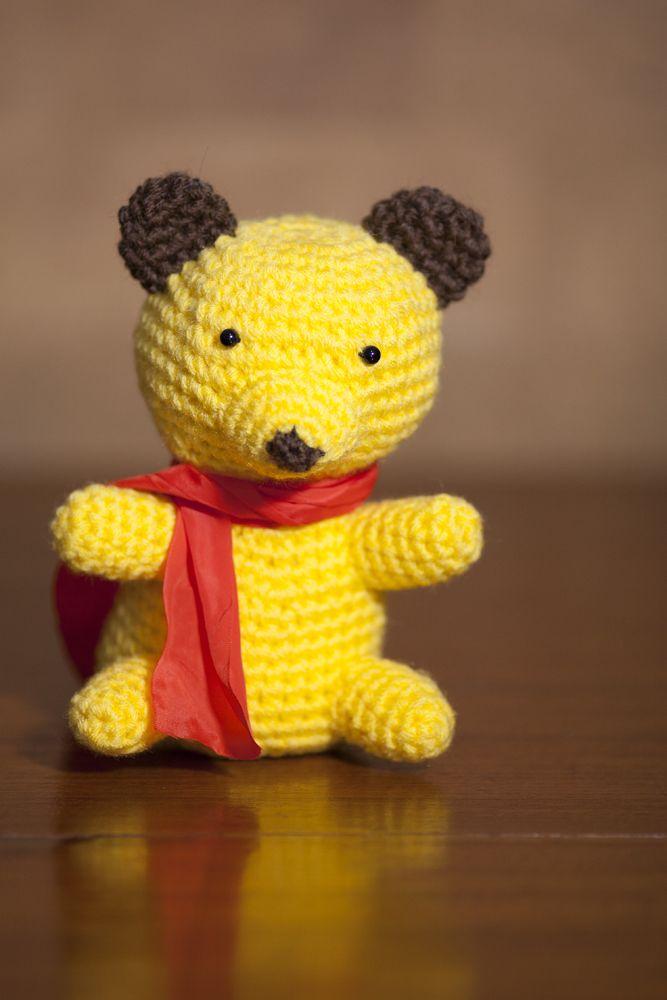 Orsetto giallo con sciarpa rossa realizzato all'uncinetto