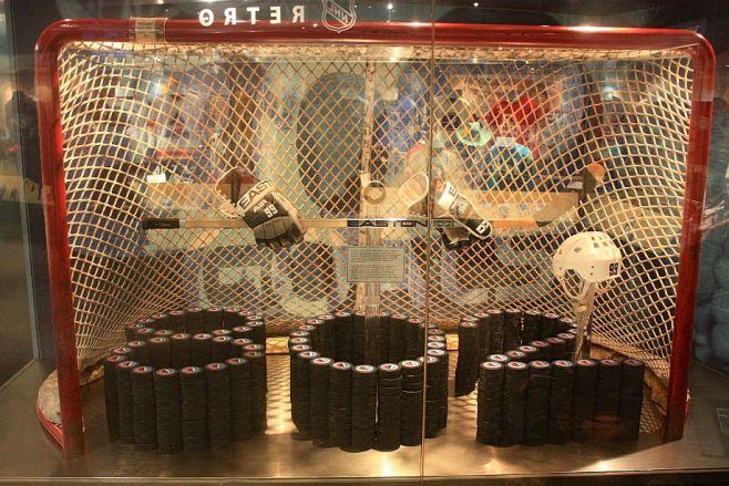 Hockey Hall Of Fame Wayne Gretzky Breaks Career Most Goals Record 802 Helmet Stick Gloves Net From La S Great W Hockey Hall Of Fame Hockey Hall Of Fame
