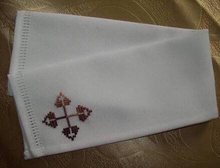 Sanguíneo - ou purificatório. É um tecido retangular com o qual o sacerdote, depois da comunhão, limpa o cálice e, se for preciso, a boca e os dedos.