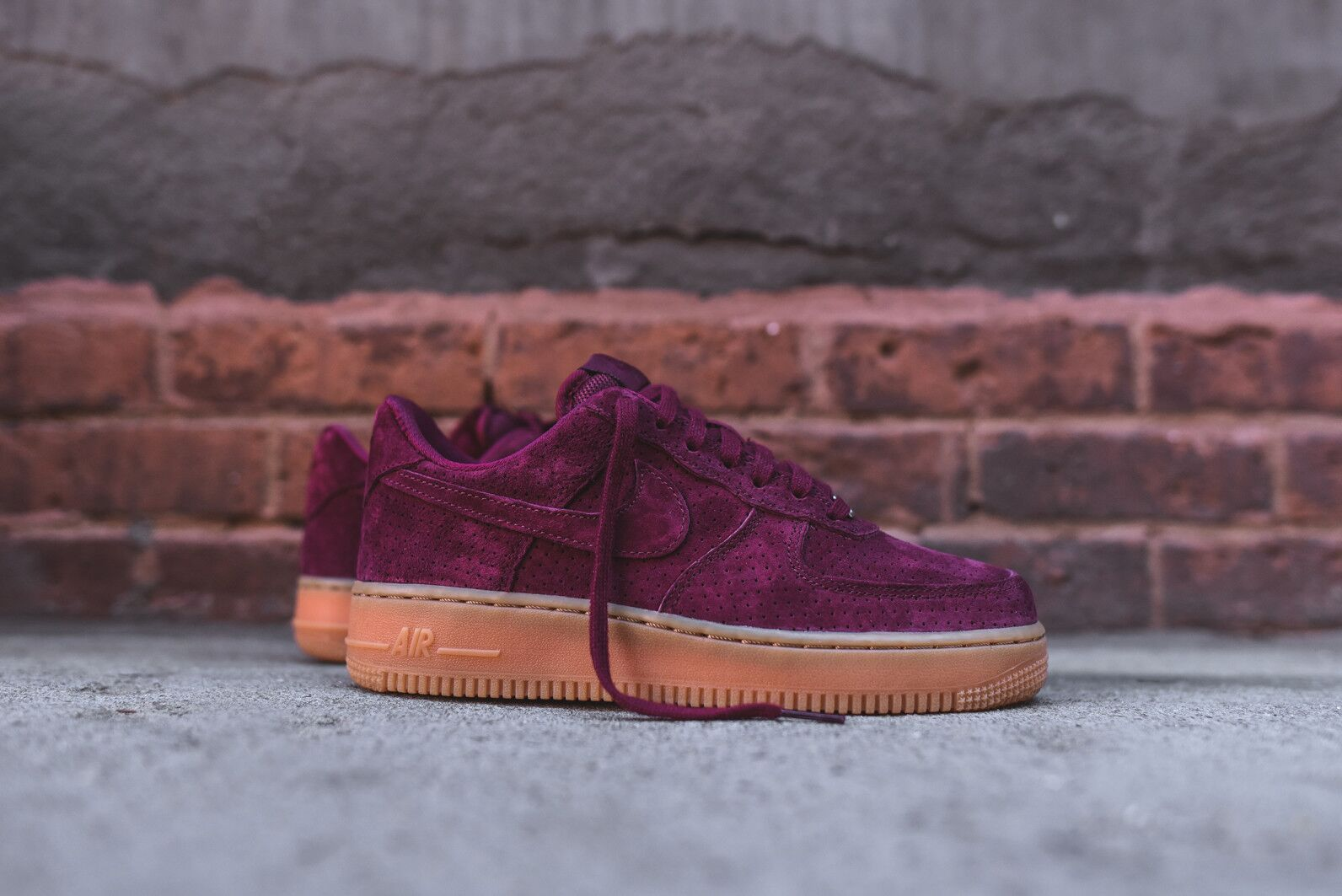 regarder 8b4ef 3bb25 NIKE AIR FORCE 1 07 SUEDE DEEP GARNET GUM BOTTOM 749263 600 ...