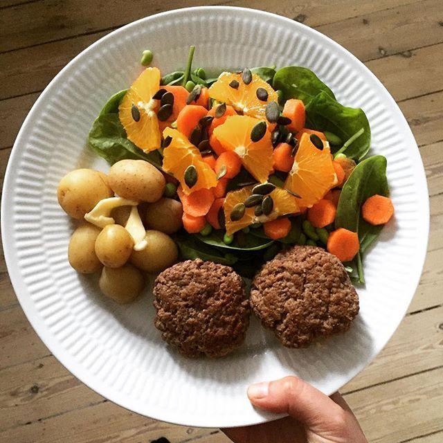 Frikadeller, nye danske kartofler og salat med appelsin og græskarkerner