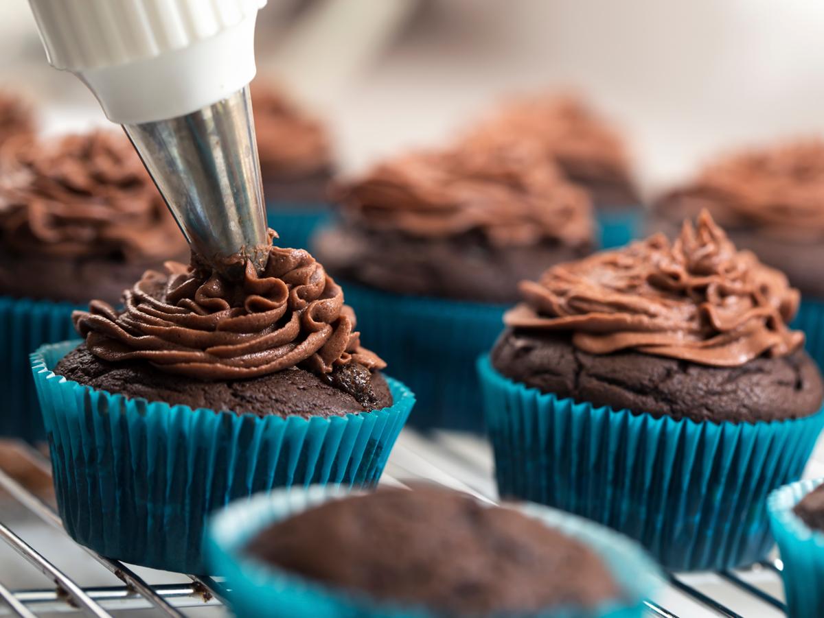 Muffins sind toll, aber mit einer cremigen, süßen und kunstvoll geschwungenen Haube machen sie doch gleich viel mehr her - und schmecken noch köstlicher. Wir haben Ihnen unterschiedliche Topping-Varianten zusammengestellt, damit Sie Ihre Lieblingsverzierung finden. http://www.fuersie.de/kochen/rezeptideen/artikel/rezepte-toppings-fuer-kuchen-und-cupcakes