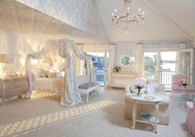 Chambre en bleu clair avec lit en bladaquin
