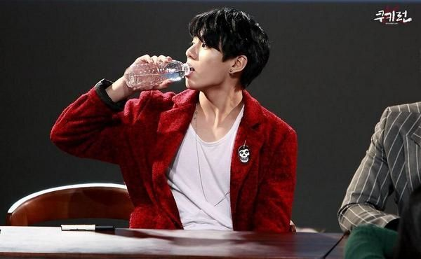 How is he so good-looking while drinking water??? O_o