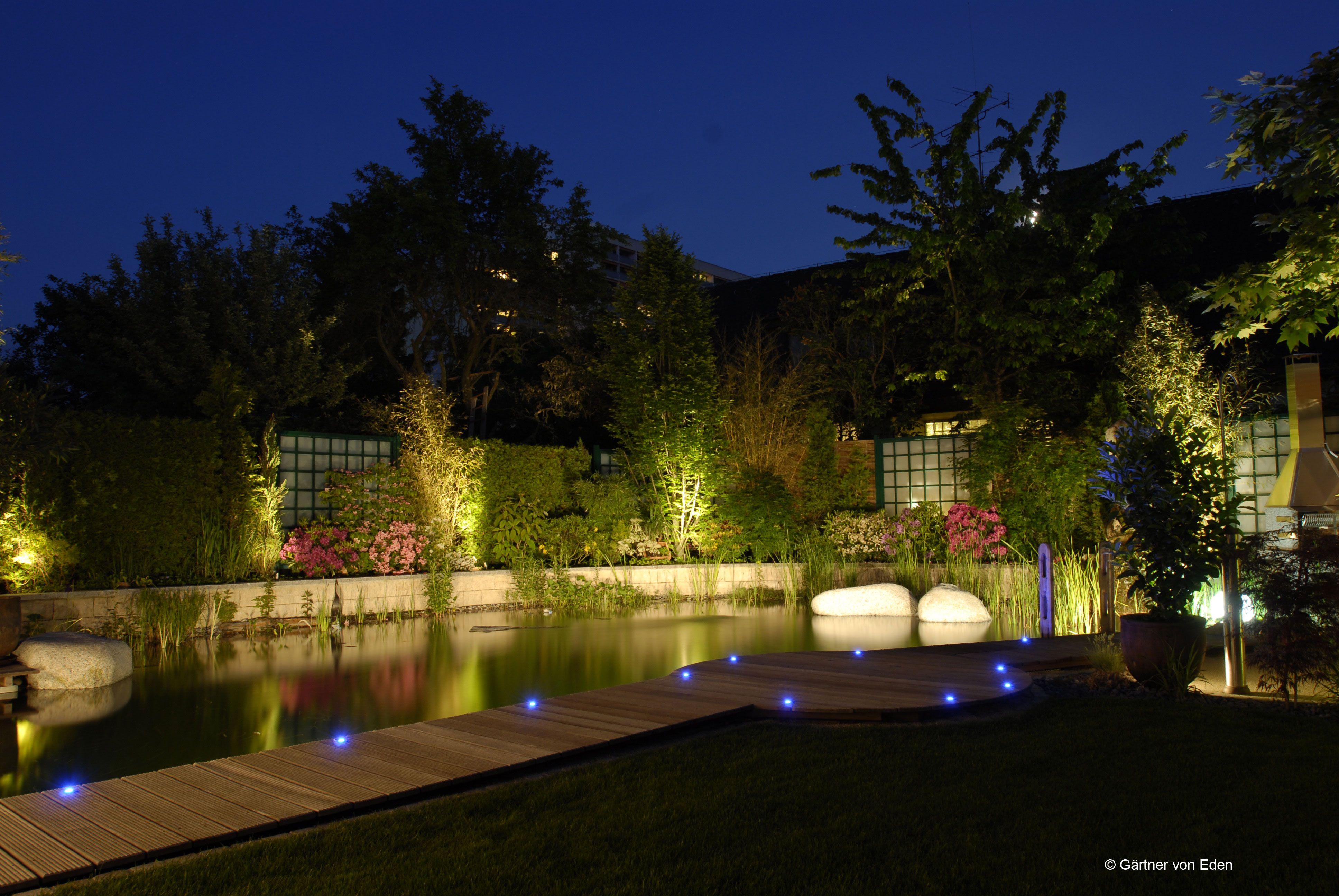 Beleuchtete Wege Machen Den Nachtlichen Gang Durch Den Garten Zum Erlebnis Der Besonderen Art Beleuchtung Garten Aussenbeleuchtung Licht Im Garten