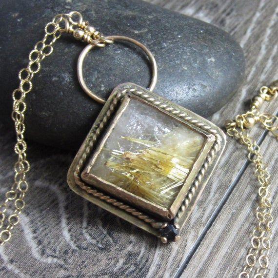 Photo of Die Golden Fields Halskette – Goldener Rutilquarz in 14 Karat Goldfüllung mit einem dunkelblauen Saphir