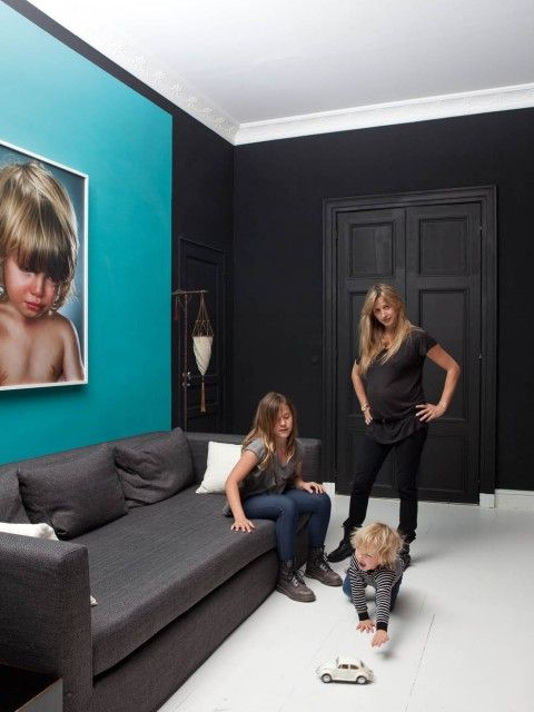 dans la pi ce familiale une photo de jill greenberg au dessus d un canap de la ligne sl. Black Bedroom Furniture Sets. Home Design Ideas