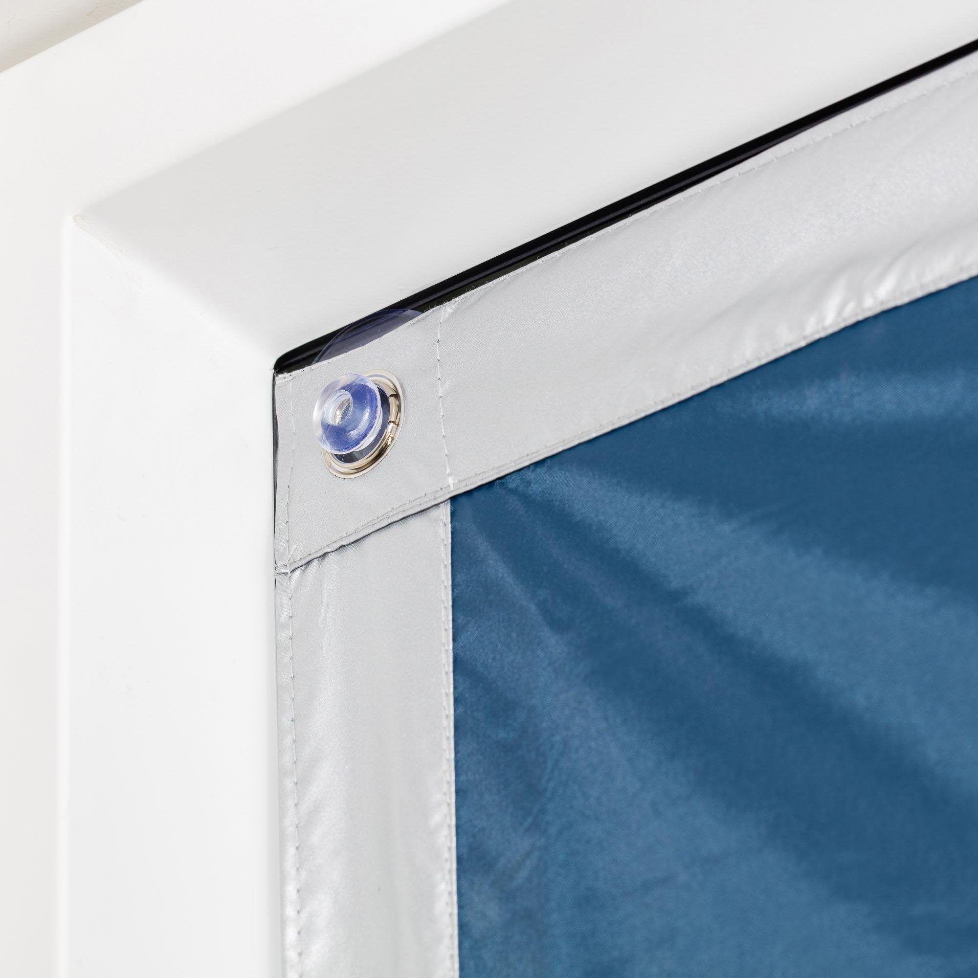 <p><b>Hitzeschutz, Abdunkelung & Isolierung in Einem: Sonnenschutz von Lichtblick.</b></p> <p>Der Haftfix Thermo Sonnenschutz für Dachfenster sorgt für angenehme und gleichbleibende Raumtemperaturen, da er eindringende Sonnenstrahlen durch die rückseitige Silberbeschichtung reflektiert und zusätzlich eine Wärme- und Kältebarriere schafft, die die warme Raumluft im Winter nicht in Kontakt mit der kalten Fensterscheibe bringt. Dieser Hitzeschutz mit Thermofunktion ist einfach und schnell durch die