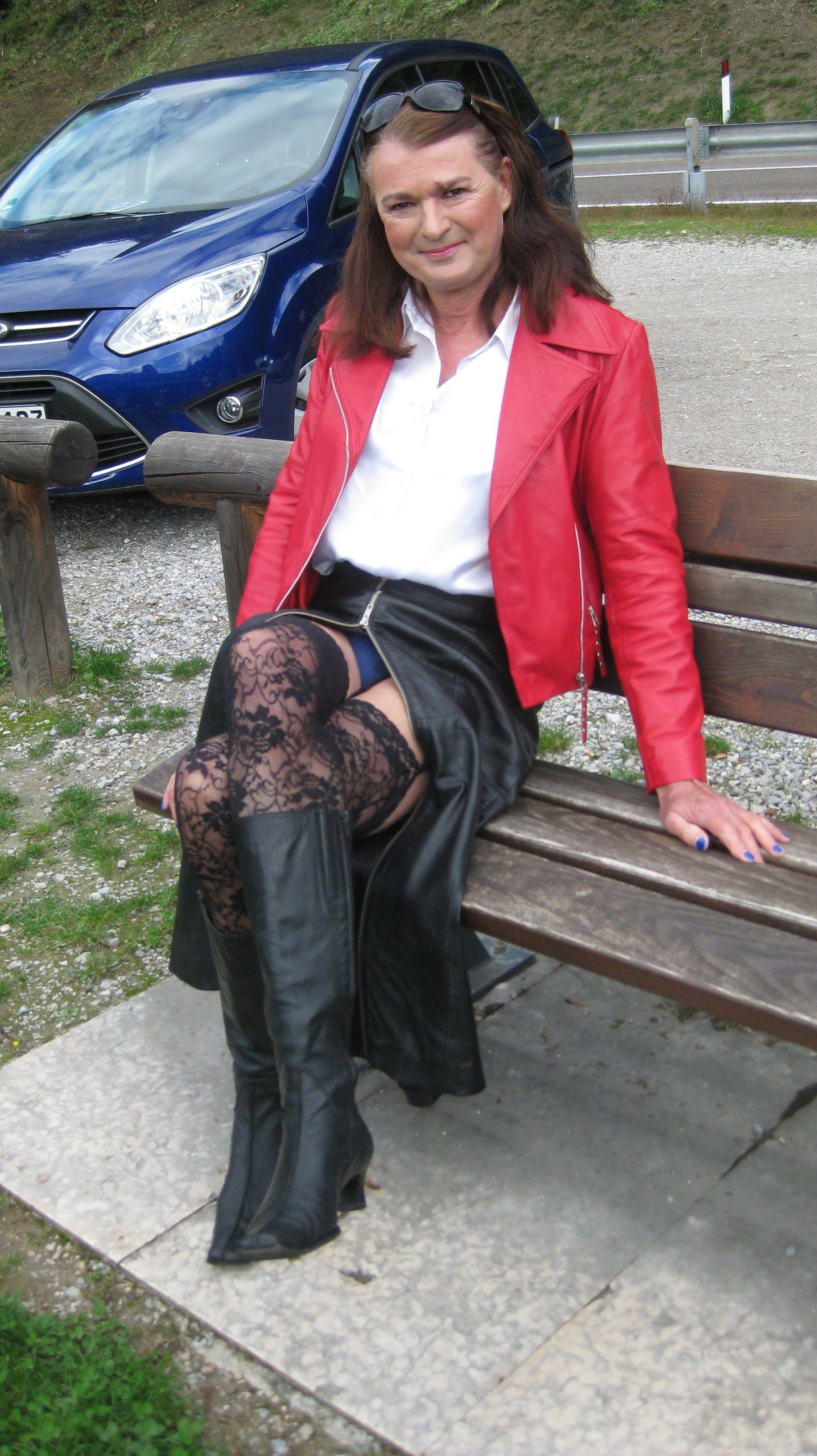 Lederfrau Gabriele Kleid im langen Lederrock, Strapsen und