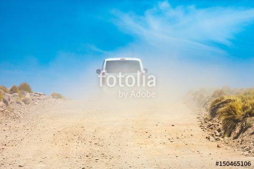 Ein transporter auf einer staubigen Straße mit einen herrlich blauen Himmel.