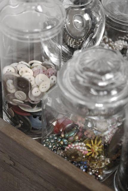Acomoda tus botones. Podrían funcionar como parte de la decoración #fiebredemateriales #costura #Singer #listones