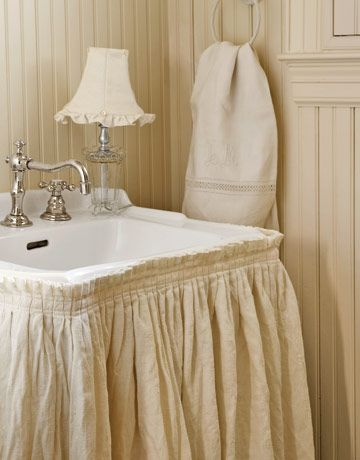 Merveilleux A Linen Skirt Attached With Velcro To A Pedestal Sink Camouflages The Pipes  Beneath. Tiny Knife Pleats Add Extra Detail To The Shirred Top.