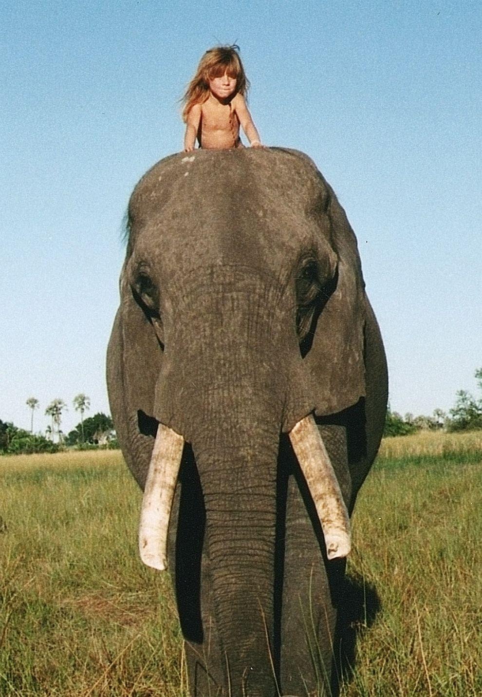 Úžasné fotky dievčaťa, ktoré prvých 10 rokov života strávilo v africkom buši – Doba Magazín