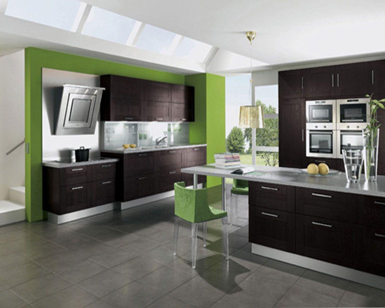 Madera oscura con tonos de verde silestone cuina for Cocinas integrales modernas chiquitas