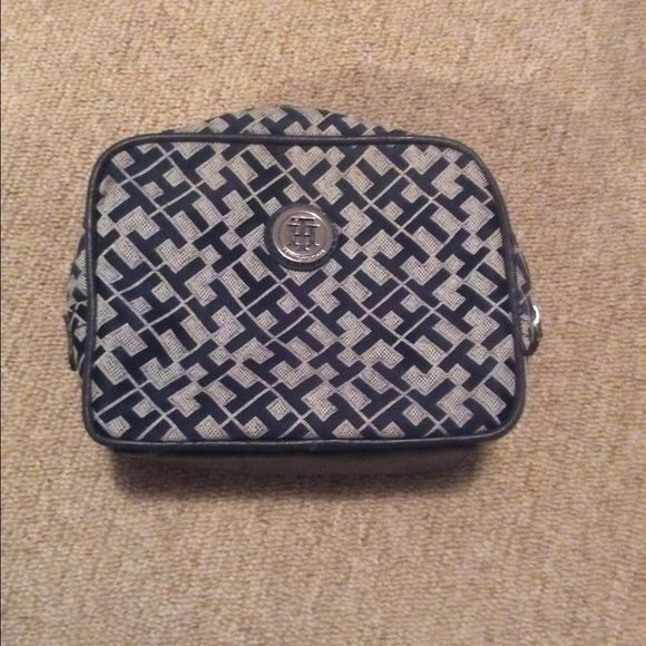 Tommy Hilfiger makeup case Excellent condition, medium sized. Zipper close. Tommy Hilfiger Bags Cosmetic Bags & Cases