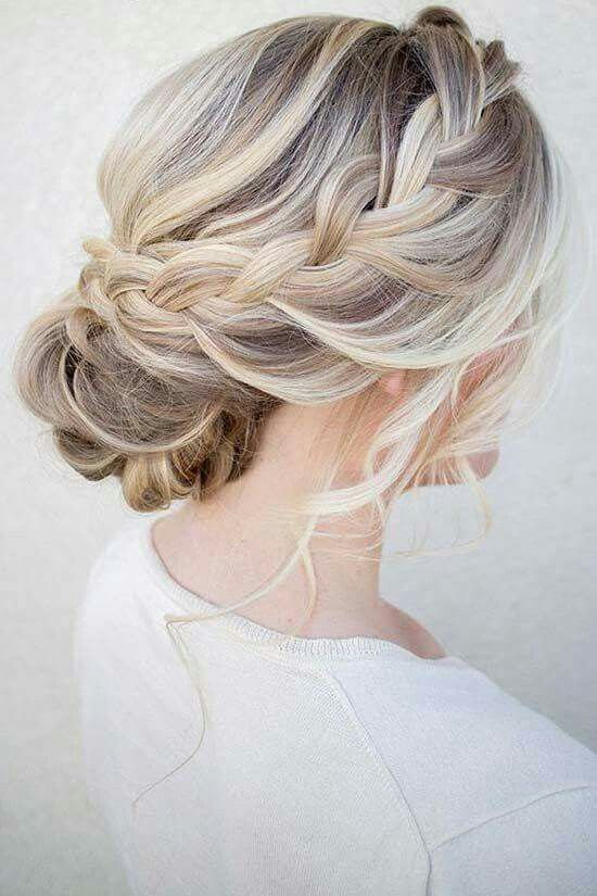 Chignon avec une jolie tresse Cheveux Coiffure mariage