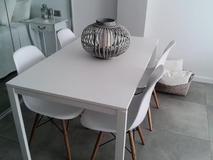 Boho Deco Chic - comedor con mesa melltorp de ikea y sillas eneames ...