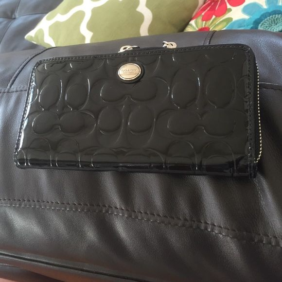 Coach wallet New no tag never use .So beautiful has a lot of space Coach Bags Wallets