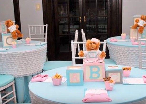 Centro de mesa de baby shower con cubos de letras y oso de felpa