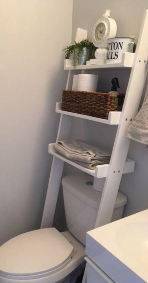 Photo of Alternativ kannst du auch eine Leiter über deine Toilette an die Wand lehnen und zack: bisher ungenutzter Platz bietet plötzlich Unmengen an Stauraum.