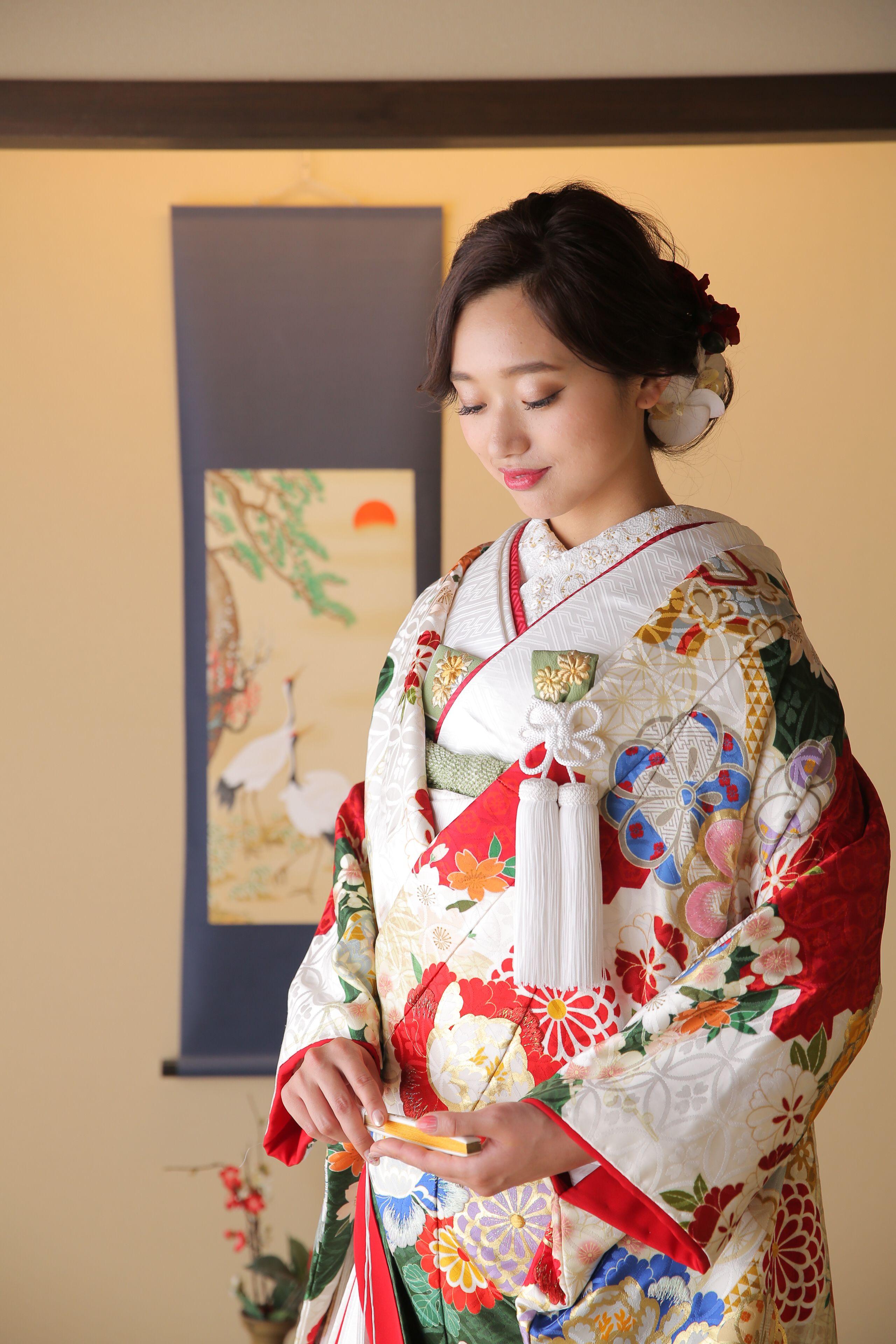 色打掛での前撮り 和室に美しいお着物が映える 花嫁衣装 色打掛