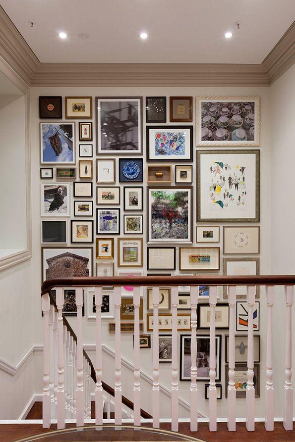 Cage d'escalier + haut plafond = galerie de cadres