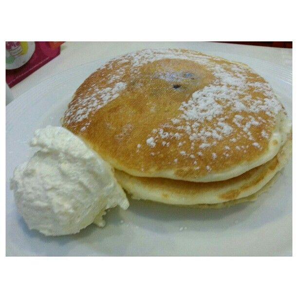 小さい頃は#ホットケーキ って呼んでた。#ブルーベリー#パンケーキ blueberry#pankcake for #breakfast #yummy#food#philippines#フィリピン