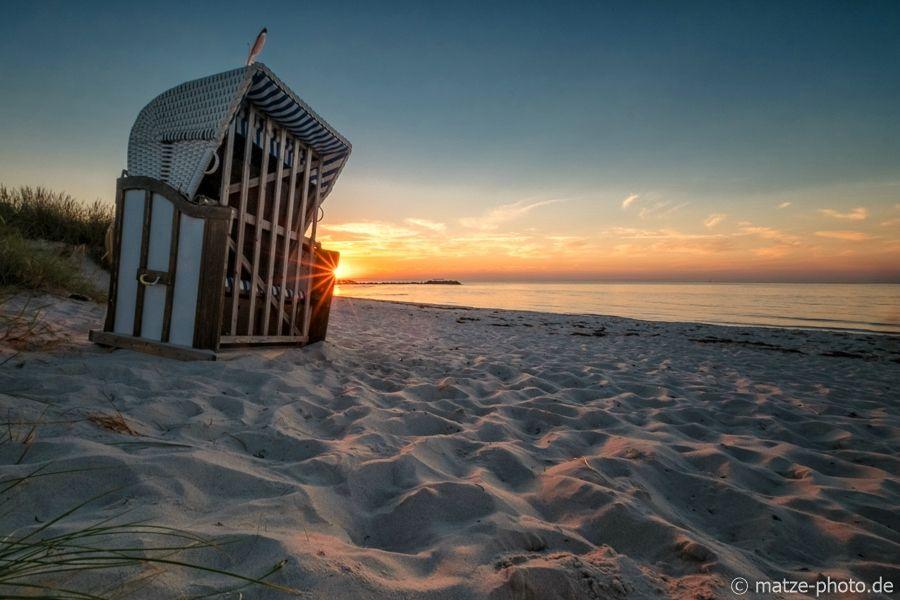 Ein Strandkorb am Strand bei Heidkate Kiel an der Ostsee