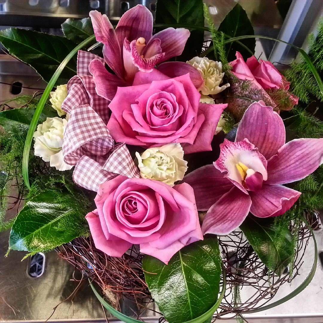 Perjantaikimpussa kukkivat pinkit #ruusut ja #orkideat  #friday #bouquet is made of #pink #orchids and #roses   Kukkiamme voi tilata myös verkkokaupasta http://meritorni.ekukka.fi