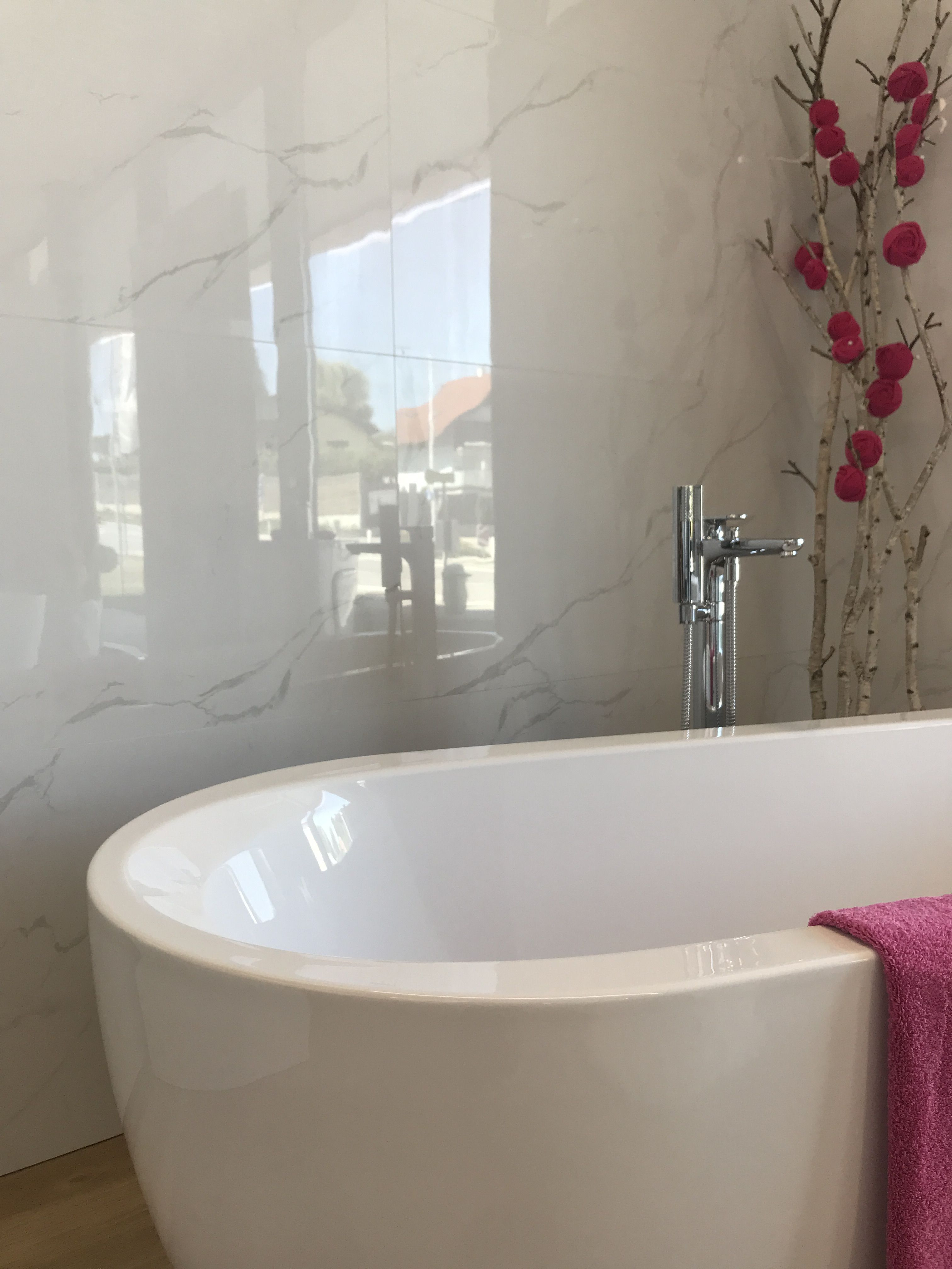 Wow How This Bathroom Shines An Absolute Girl S Dream With The Pink Flowers Bathroomdesign Bathroomins Badezimmer Design Badezimmer Badewanne Ideen