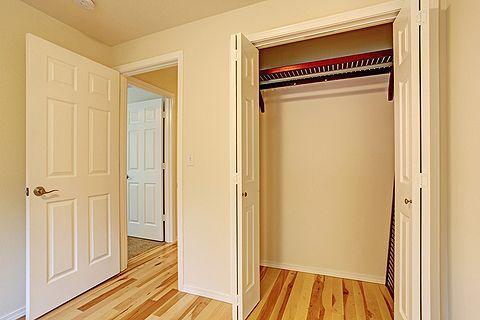 Praktischer Stauraum Amerikanischer Wandschrank Im Schlafzimmer