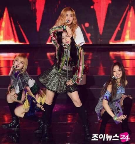 #BLACKPINK was the girl group with most wins on #GaonChartAwards 2016! 👏💕