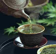El té verde contiene mayor cantidad de polifenoles que otros tés como el té negro. Hasta un 27% de catechins . Los polífenoles tienen efectos beneficiosos.Disminuyen los niveles de colesterol , protegen contra la aparición del cáncer ya que eliminan los radicales libres que pueden causar daños celulares y tiene efectos antibacterianos. El té verde, protege contra la enfermedad de Parkinson Es beneficioso contra la apnea del sueño. El té verde es un excelente diurético, ayuda a las personas…