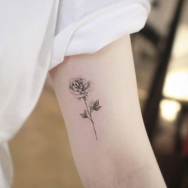 Kleine Rose ... | Künstler: @ ch.tattoo.ahn - Tattoo Welt