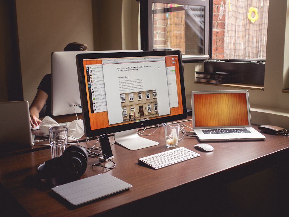 Like the overall warm tone of this workspace desk wallpaper and