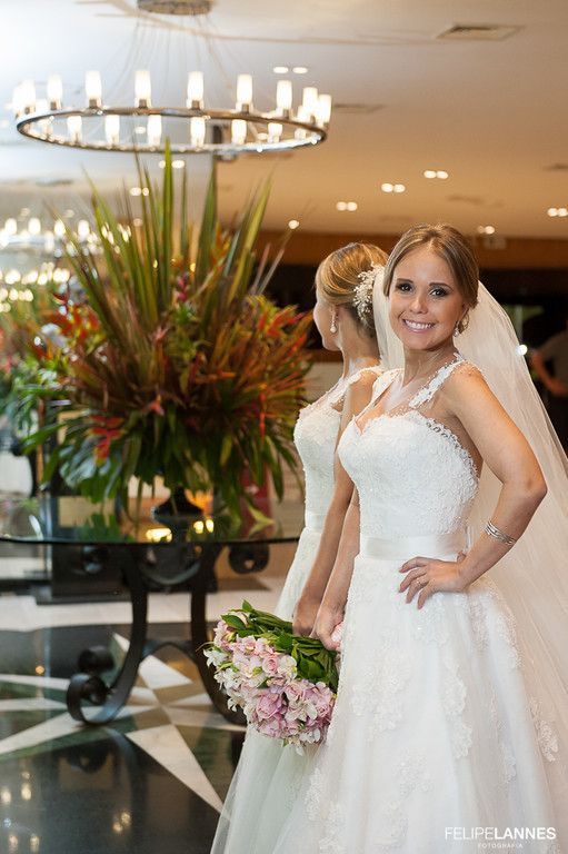 Vestido de Carol Hungria escolhido por Flávia. O casamento de Flávia e André, publicado no Euamocasamento.com. As fotos são de Felipe Lannes. #euamocasamento #NoivasRio #Casabemcomvocê