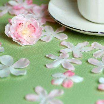 Des fleurs de cerisier à déposer sur les tables.