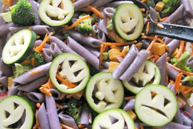 Zucchini zombie faces and a drop of food colouring in the cooking - halloween food ideas for kids party
