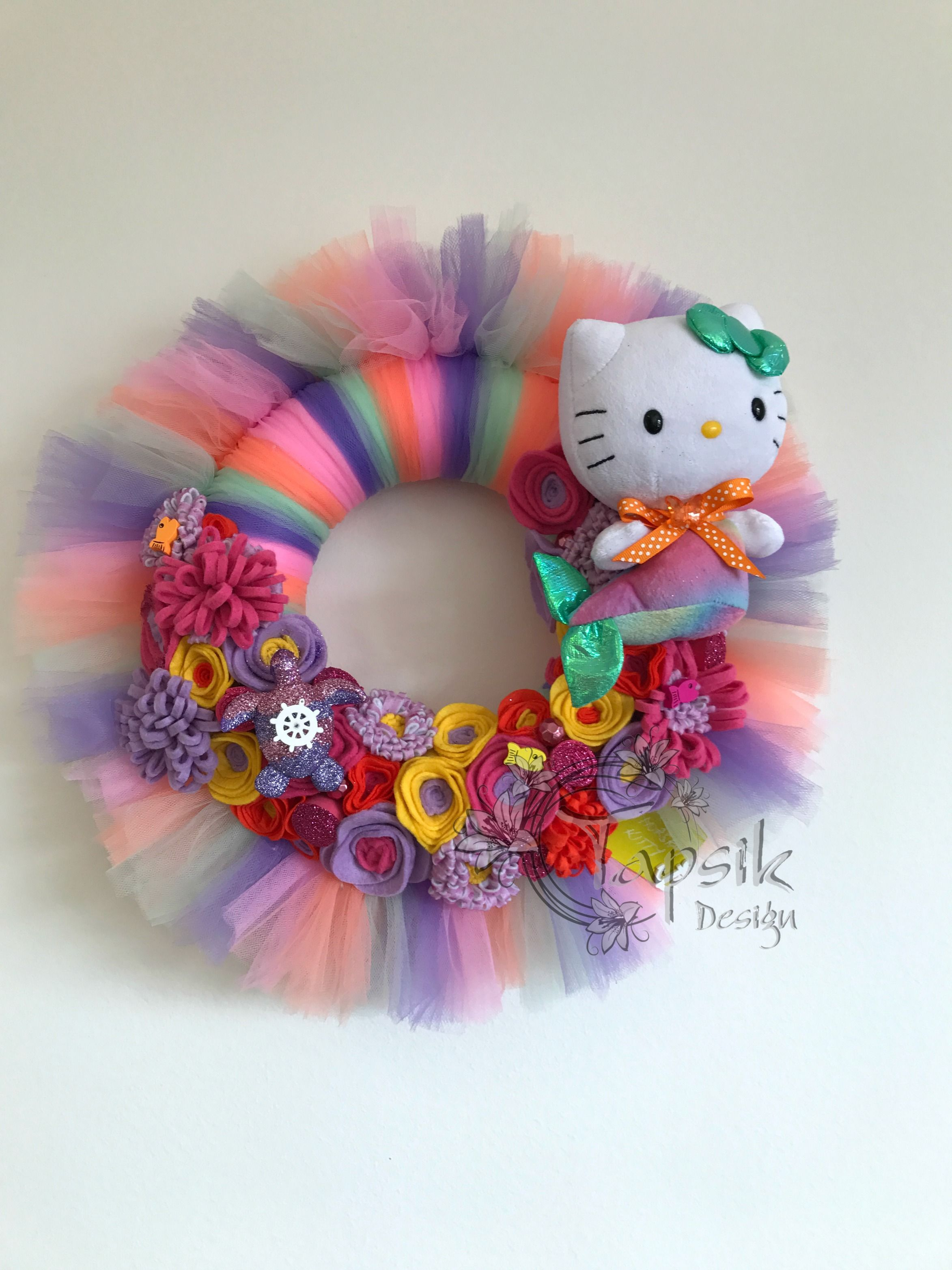 So the Kitty Giveaway Marathon continues. And here is the next wreath. Colorfull, with handmade felt flowers, little board, small wooden fishes and turttle. And of course Kitty. Around up to 38 cm.