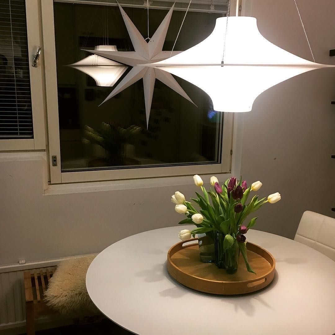 Mukavaa tiistai-iltaa! Ripaus joulua ja kimppu kevättä. #inredning #interiordesign #interior #kitchen #sisustus #tulppaani #tulips #kotona #home #homeinterior #myhome #asetelma #homedecor #keittiö #kök