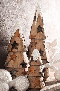 Schöne Weihnachtsdeko: selbst gebastelte \ Paper Art\ -Tannenbäume mit Furnierholz.