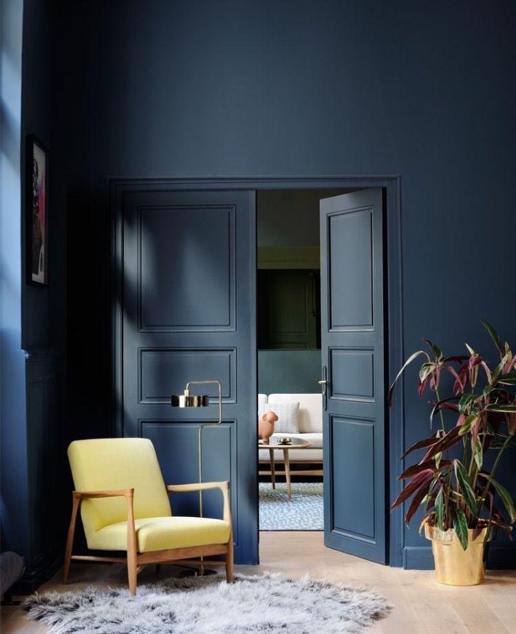 Puerta con molduras azul petroleo