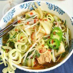 Pho mit Zucchininudeln und Hähnchen aus dem Slow Cooker - Zoodles sind eine glutenfreie Alternative zu Reisnudeln. Die Suppe wird im Slow cooker zubereitet. Außer Zuchhininudeln kommen Hühnerbrust, Sprossen und Pak Choi in die Suppe.@ de.allrecipes.com