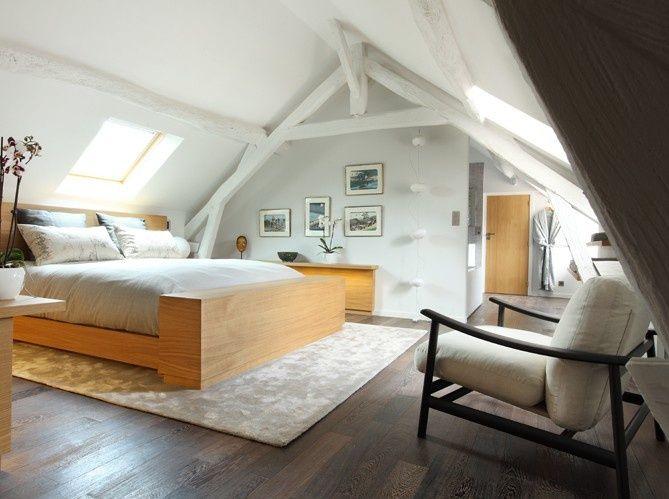 chambre lumineuse am nag e sous les combles avec poutres. Black Bedroom Furniture Sets. Home Design Ideas