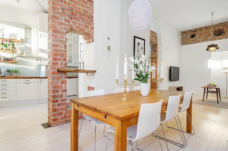 luminosa soluzione con tavolo da pranzo in legno, parete interna in ...