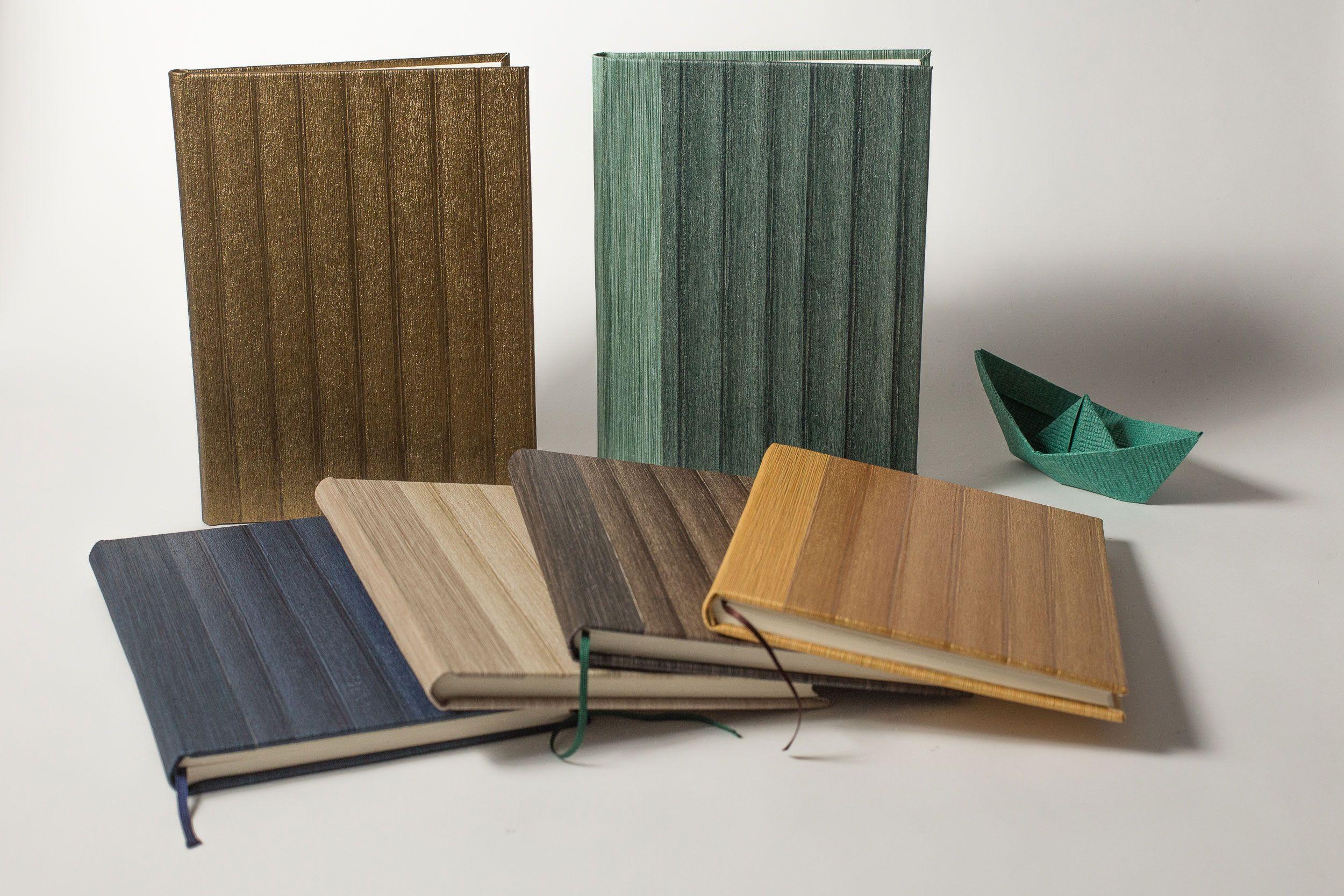 Nuestro clásicos, elaborados totalmente a mano con los mejores materiales. Cuadernos de papel vinilo con textura. Si te gusta escribir no podrás resistirte