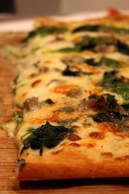 Pizza met artisjok, spinazie en pesto