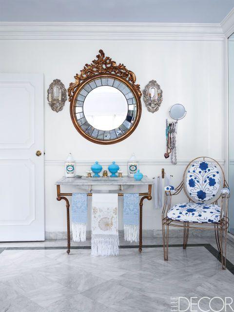 Candle valaisimet täydentävät peilin ja ranskalainen pesuallas, sekä 19th century, suunnittelija Alejandro Toista n Mexico City master kylpyamme.  Lattia on Carraran marmoria, ja Casamidy tuoli on verhoiltu kangas suunnitellut Toista.