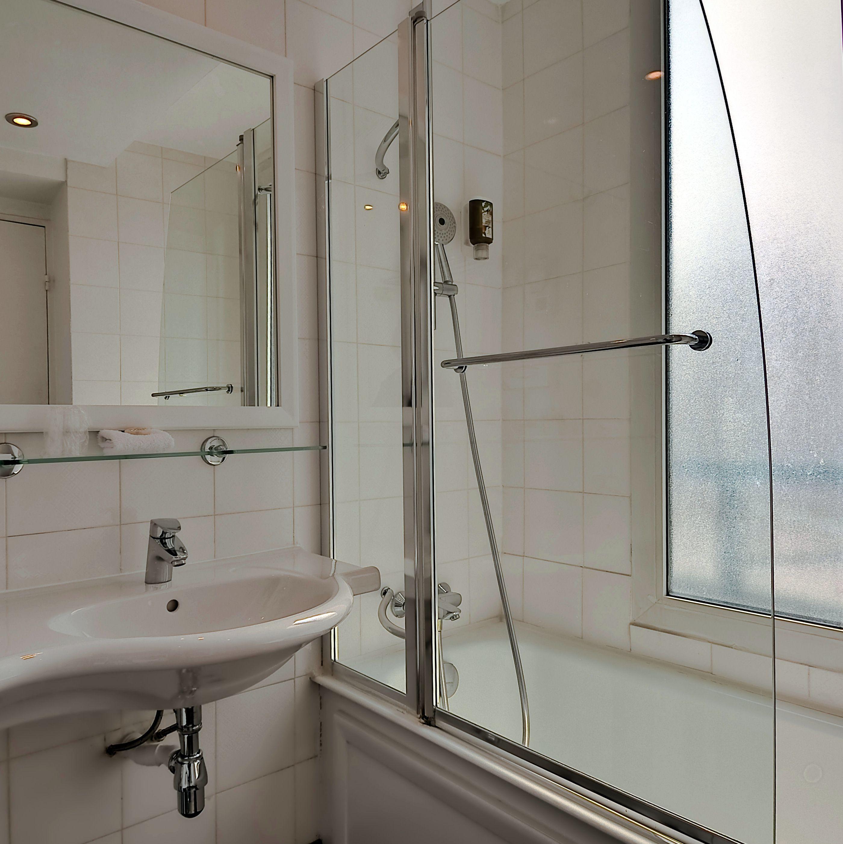 Les chambres supérieures ont de grandes salles de bain avec s¨che